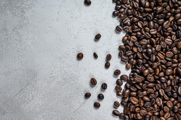 시골 풍 테이블에 볶은 커피 콩