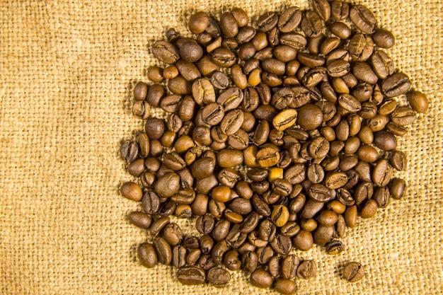 荒布織りの背景にローストコーヒー豆