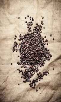 볶은 커피 콩. 직물 자루에.