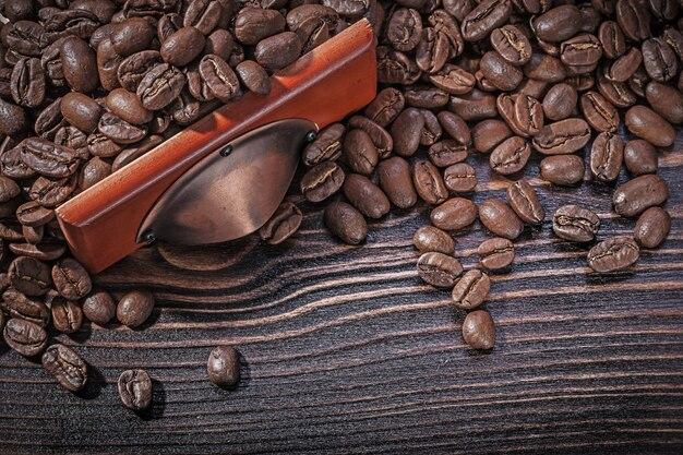 Жареные кофейные зерна на старинной деревянной доске прямо над