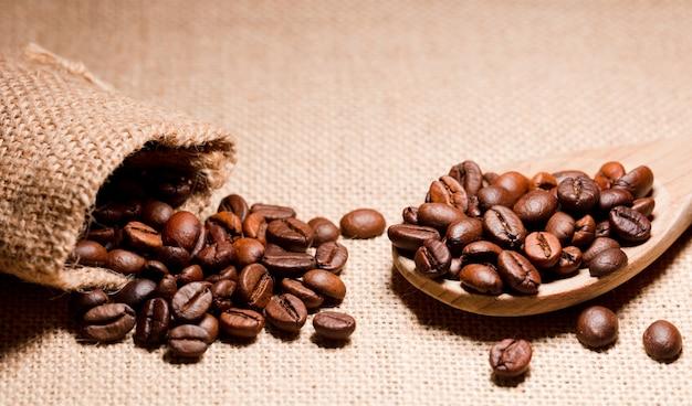 Жареные кофейные зерна на деревянной ложке