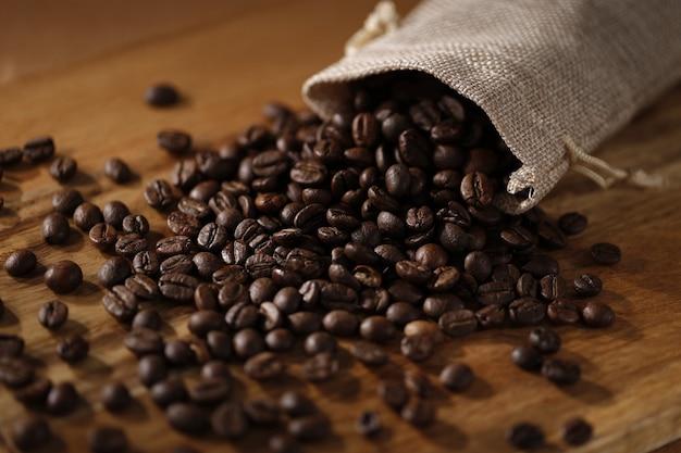 Жареные кофейные зерна на деревянном столе