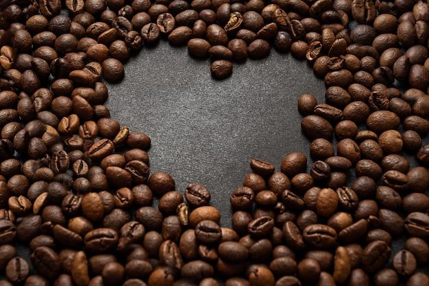 暗い表面にハート型の焙煎コーヒー豆の表面