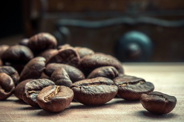 Chicchi di caffè arrostiti su un primo piano della tavola