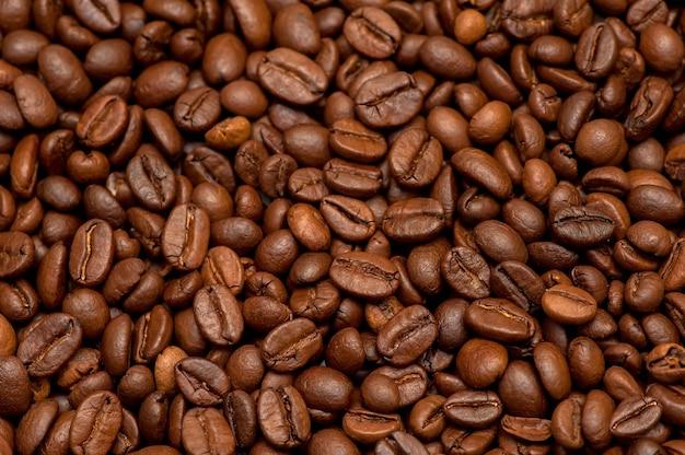 Жареные кофейные зерна вид сверху темный фон