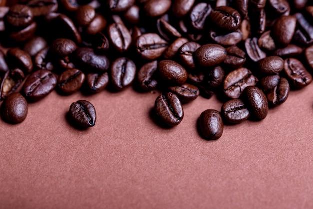 焙煎したコーヒー豆、コーヒー豆の上面図。焙煎コーヒー豆の背景