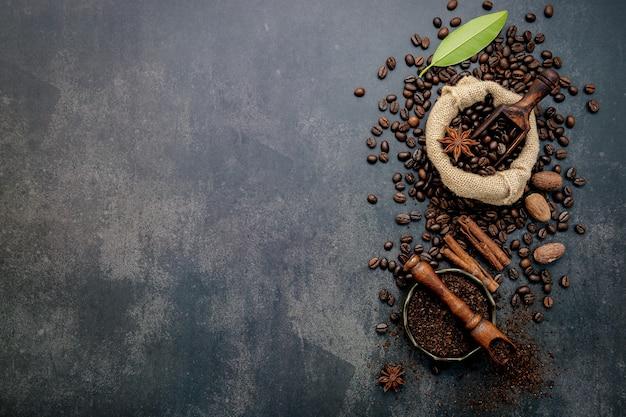 커피 가루와 풍미있는 재료로 볶은 커피 원두