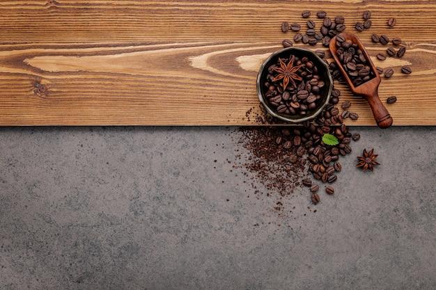 다크 스톤에 커피 파우더가 세팅 된 볶은 커피 원두.