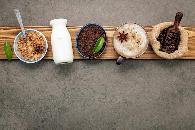 Жареные кофейные зерна с кофейным порошком на темном камне