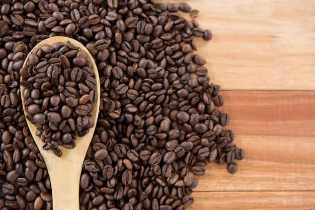 Жареные кофейные зерна с ложкой