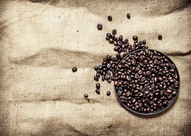 팬에 볶은 커피. 직물 자루에.