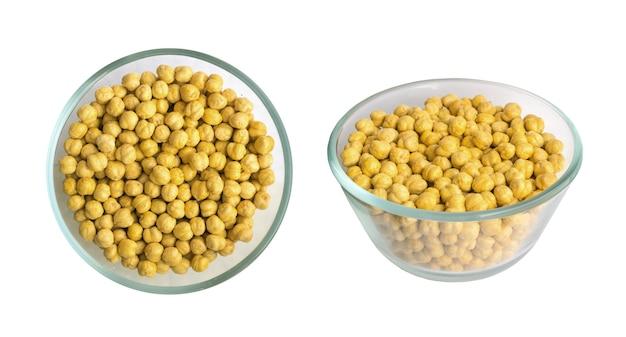 白い背景で隔離の丸いボウルに塩とローストクリスピーひよこ豆またはチャナスナック