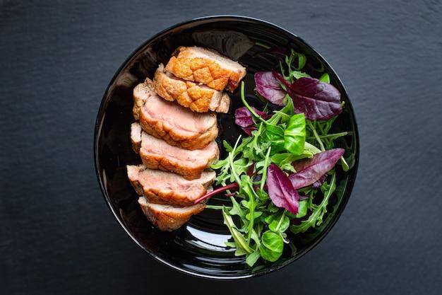 Жареная утиная грудка и листья салата мясо на гриле или барбекю порция птицы