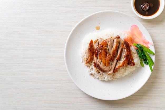 Жареная утка на рисе