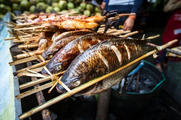 구운 생선 꼬치 - 라오스 스타일. 구운 생선은 노점상 카운터에 있습니다. 아시아의 길거리 음식. 라오스.