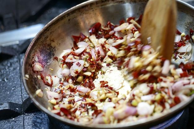 Жареный чеснок и сушеный перец приправа в кастрюле