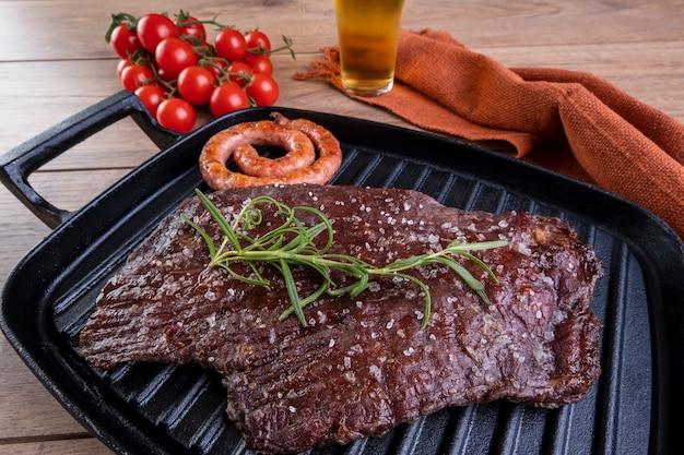 주 철판에 구운 고기.