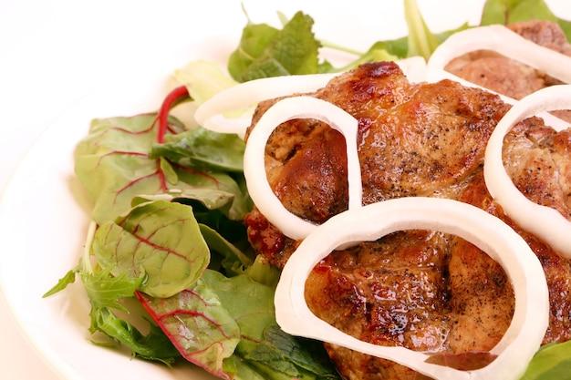 흰색 배경에 구운 고기 양파 녹색 상추 바베큐 건강한 홈메이드 음식 다이어트