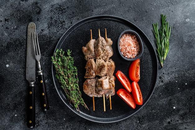 焼き肉の串焼きは、ケバブと野菜を皿に盛り付けます