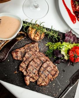 Жареные кусочки мяса и овощи