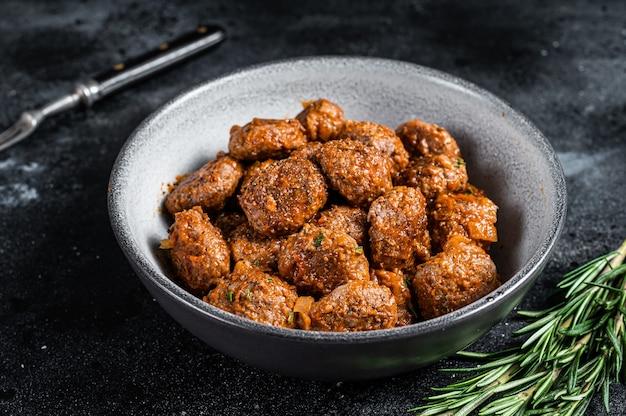 갈은 쇠고기와 로즈마리를 곁들인 돼지 고기의 토마토 소스에 구운 미트볼