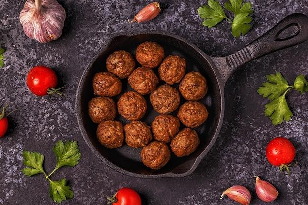 トマト、ニンニク、パセリのローストミートボール