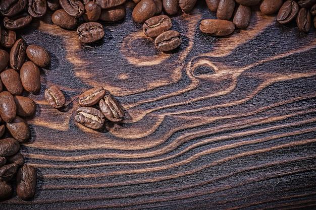 Жареные натуральные кофейные зерна на старинной деревянной доске