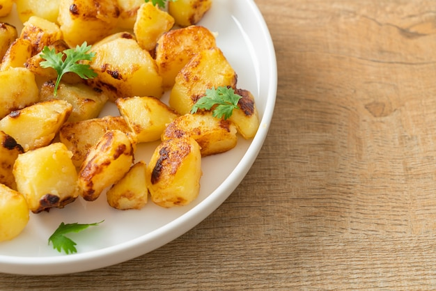 Жареный или жареный картофель на белой тарелке