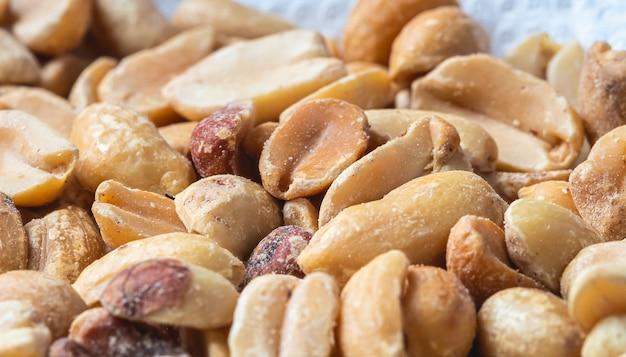 Жареный арахис с солью крупным планом