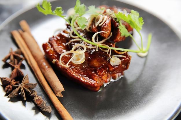 중국 허브를 곁들인 구운 삼겹살