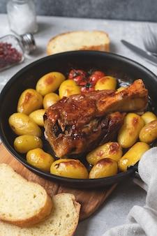 Жареная свиная рулька с картофелем рецепт домашнего обеда из мяса