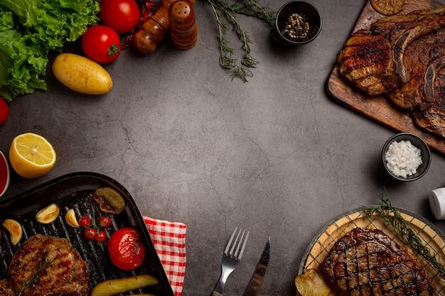 Жареный стейк из свинины на темной поверхности.