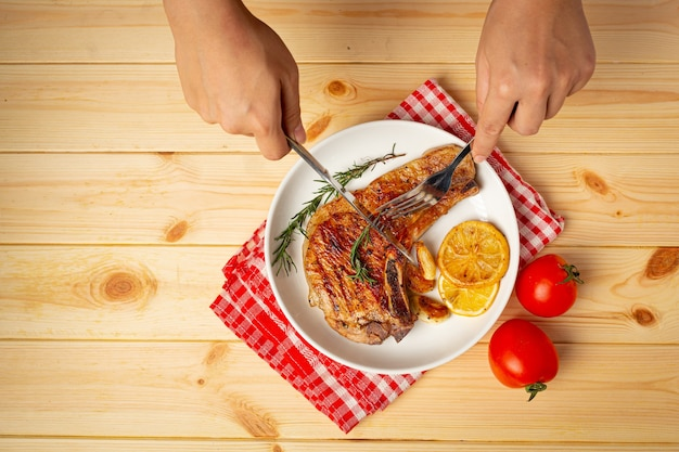 Bistecca di maiale arrosto su una superficie di legno.