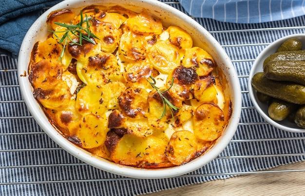 Жареный картофель в форме для выпечки традиционной восточной европейской кухни под названием «картофель франции».