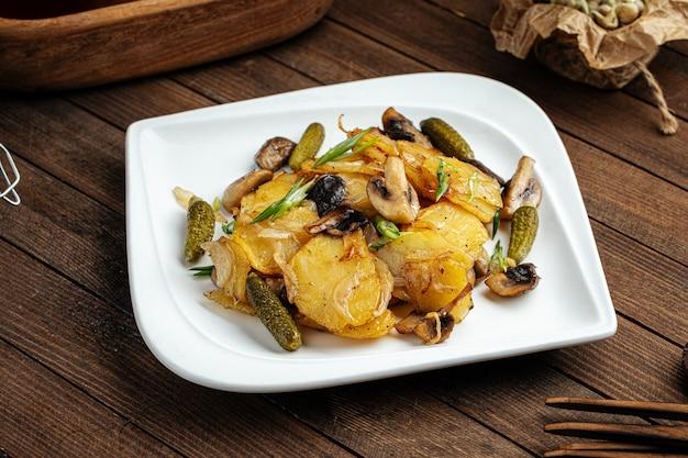 Жареный картофель с грибами и солеными огурцами