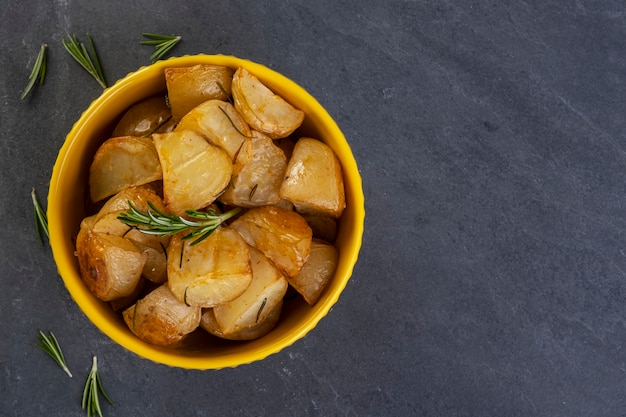 로즈마리와 매운 파프리카를 곁들인 구운 감자 프리미엄 사진