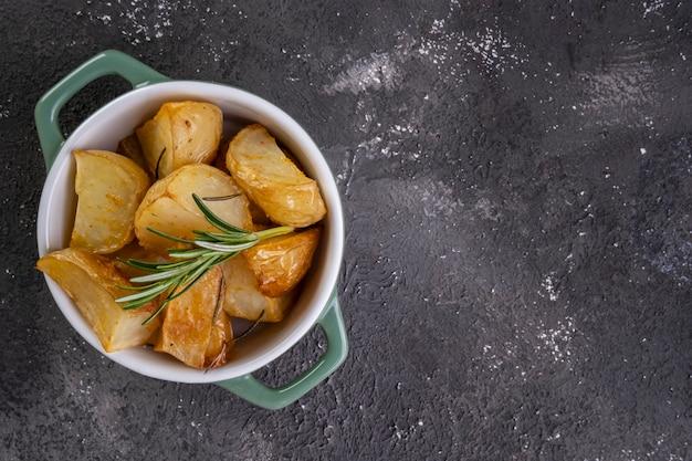 로즈마리와 매운 파프리카를 곁들인 구운 감자