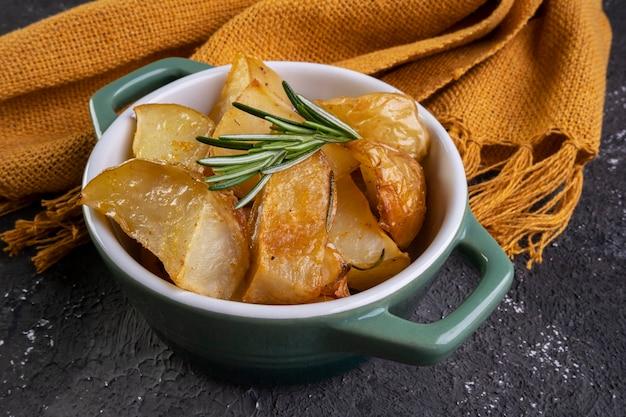 로즈마리와 매운 파프리카를 곁들인 구운 감자.