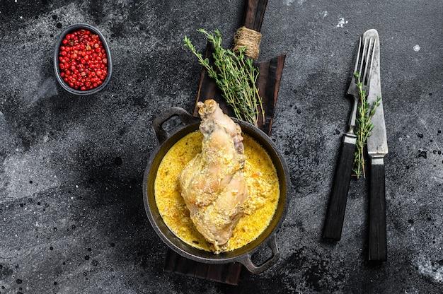Жареные окорока кролика на сковороде с тушеными овощами