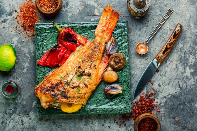 구운 붉은 농어와 야채