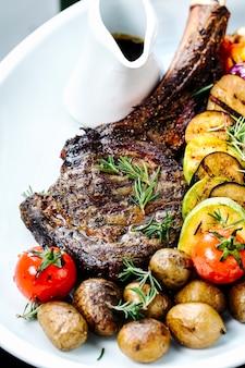 Жареное ребро с нарезанными жареными овощами
