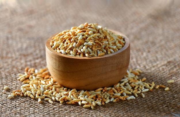 Жареный рис в деревянной миске на столе