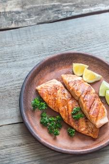 Жареный стейк из лосося со свежей петрушкой