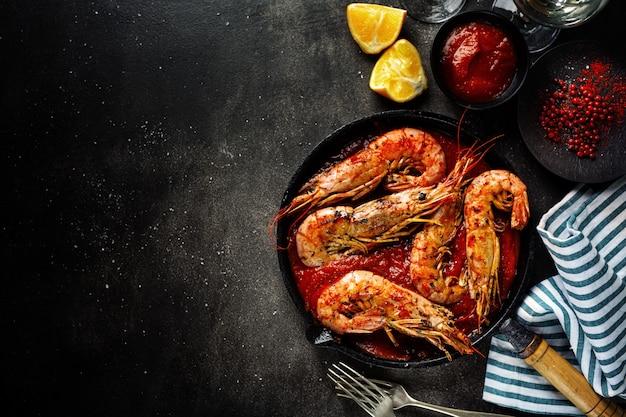 Жареные креветки на сковороде на столе