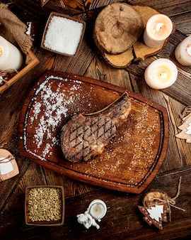Жареный стейк с солью и перцем