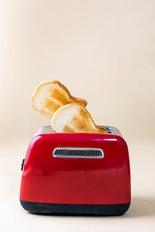 Жареный тост из красного тостера