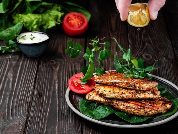 七面鳥の切り身のロースト、黒皿にスパイスと春のハーブを添えた明るく食欲をそそる揚げクラスト