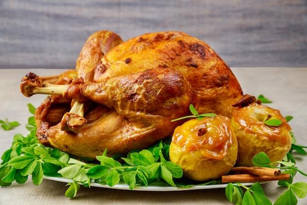 キャラメルアップルとクローバーの葉を添えた七面鳥の丸焼き。感謝祭。