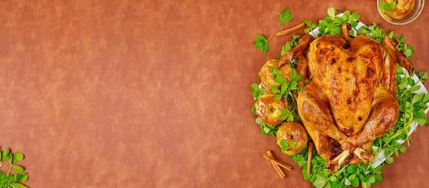 Жареная индейка, украшенная карамельными яблоками и листьями клевера. день благодарения.