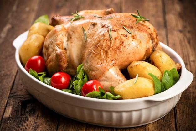 감자와 채소로 장식된 구운 칠면조. 추수감사절 크리스마스 만찬. 치킨, 구운 근접 촬영